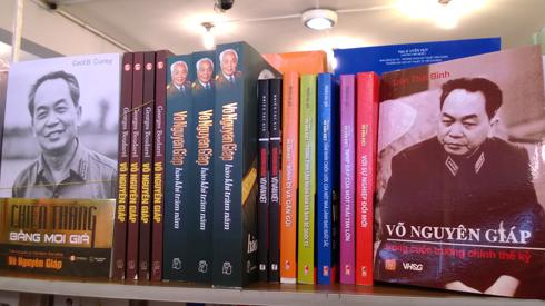 在Vo Nguyen Giap将军逝世的消息传出后,许多读者来到胡志明市的书店购买有关其生活的书籍。