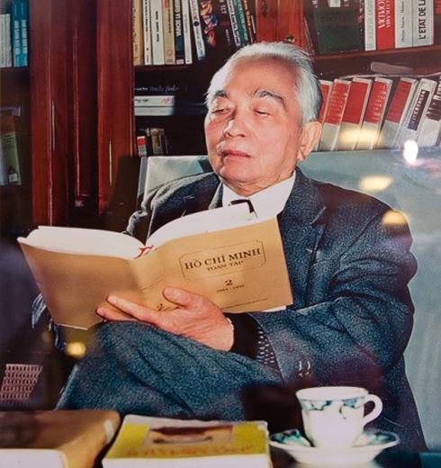 将军读胡志明的书充满了书籍。