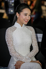 nha-phuong-dien-ao-dai-trang-di-xem-thoi-trang
