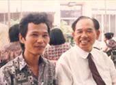 Ông Khai Trí (phải).