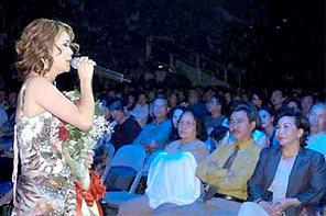 Ca sĩ Thu Phương trong buổi biểu diễn tại Mỹ.