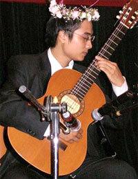 Nguyễn Phương Hà với cây guitar.