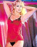Elizabeth Berkley trong Showgirls.