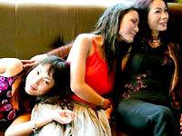 Võ Thị Hảo và hai cô con gái.