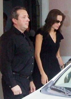 Jolie ra xe sau khi đón bé Sáng. Ảnh: .