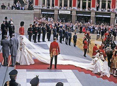 Ngày cưới, Diana mặc chiếc váy cưới viền đăng ten màu ngà, với đuôi váy dài gần 8 m.