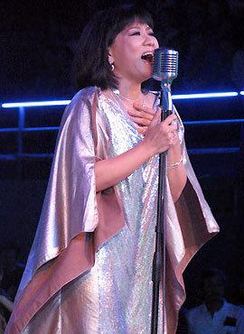 Ca sĩ Cẩm Vân trở lại sân khấu Làn Sóng Xanh với ca khúc Sóng về đầu.
