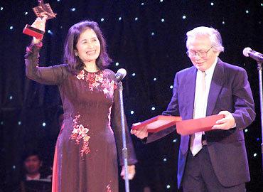 NSND Trà Giang được tôn vinh vì những đóng góp cho điện ảnh Việt Nam. Ảnh: Kiến Huy.
