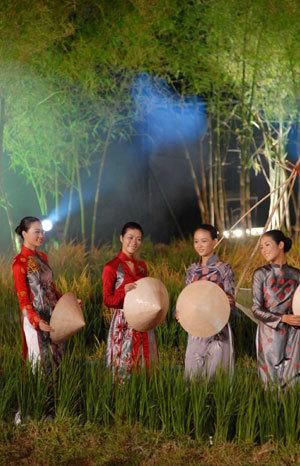 Thiếu nữ, áo dài và phong cảnh rất Việt Nam. Ảnh: TTXVN.
