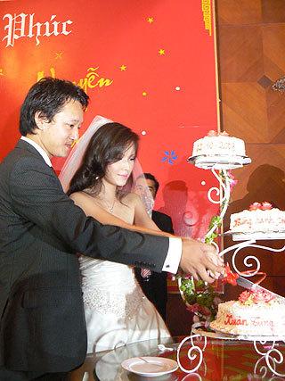 Đôi uyên ương tay trong tay cắt bánh cưới...