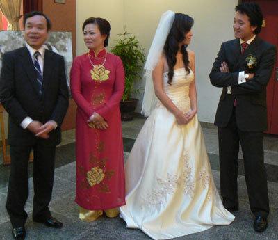 Đan Lê, Xuân Tùng đón khách cùng bố mẹ cô dâu.