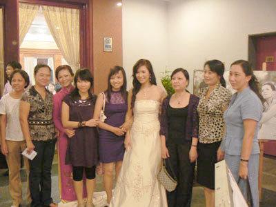 Cô dâu tranh thủ chụp ảnh cùng bạn bè...