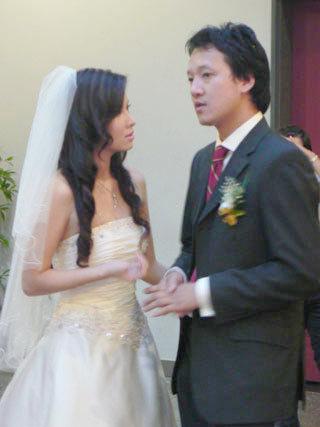 Đan Lê tỏ ra khá căng thẳng, luôn quay ra trao đổi với chồng.
