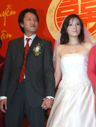 Hồi hộp khoác tay chồng khi tiến hành lễ cưới.
