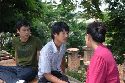 Cô có hai người bạn thân là Huy và Tuấn. Huy là con nhà giàu và đã nhờ bố mình giúp cho Minh trở thành hoa hậu.