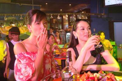 Cùng bạn bè thường xuyên lui tới vũ trường và dùng thuốc lắc.