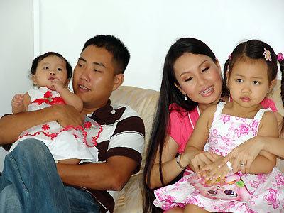 Ca sĩ Cẩm Ly hạnh phúc bên chồng con.