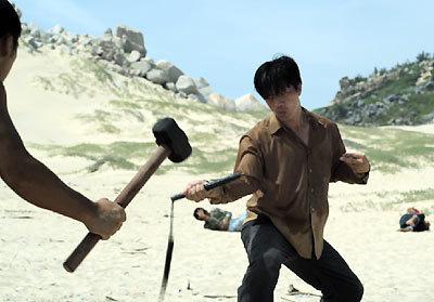 Diễn viên Việt kiều Dustin Nguyễn đảm nhiệm vai một anh chàng ngớ ngẩn nhưng giỏi võ tên Lý Tiểu Long. Ảnh: