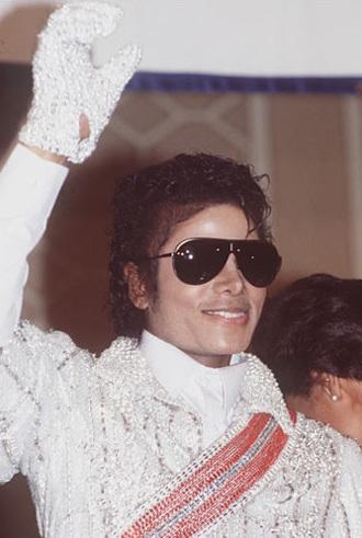 - - Khi thế giới bắt đầu lên cơn sốt Michael, những tin đồn về ông Vua nhạc pop cũng bắt đầu nổ ra. Trong đó có tin, ông phẫu thuật thẩm mỹ để thay đổi màu da của mình.