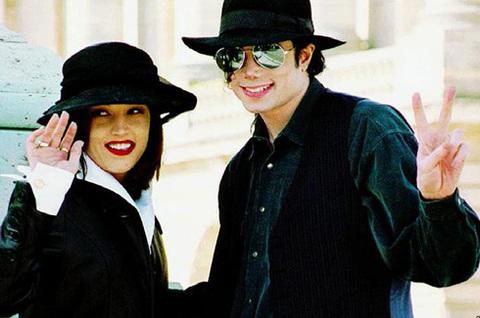 - Tháng 5/1994, Michael kết hôn với Lisa Marie Presley, con gái của huyền thoại nhạc rock & roll Elvis Presley. Họ chia tay 19 tháng sau đó. Lisa tiết lộ, cô chưa từng cảm thấy tự hào được sống chung với ông vua nhạc pop.