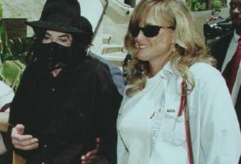 - Năm 1996, Jackson tuyên bố, bác sĩ da liễu của anh Debbie Rowe đang mang thai đứa con của hai người. 10 ngày sau tuyên bố đó, họ kết hôn. Họ có hai người còn và ly dị năm 1999.