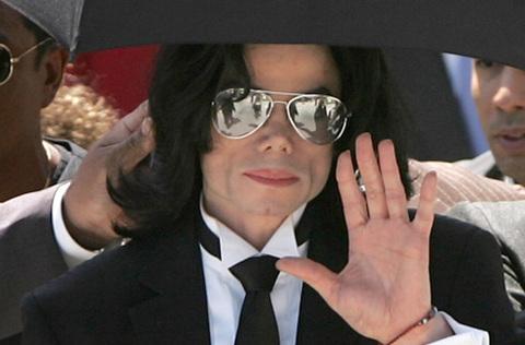 - - Bên cạnh sự nghiệp lẫy lừng của mình, Michael Jackson thường xuyên đối mặt với các cáo buộc lạm dụng tình dục trẻ em. Năm 1994, nam ca sĩ ra tòa vì bị cáo buộc lạm dụng một cậu bé 11 tuổi. Sau đó, Jackson và gia đình cậu bé giải quyết thông qua thương lượng. Năm 2005, Jackson tiếp tục phải hầu tòa vì bị tố cáo sàm sỡ với trẻ em. Nhưng ca sĩ được tuyên trắng án.