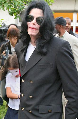 Những lo ngại về tình hình sức khỏe của Michael Jackson bắt đầu nổ ra, trong những năm gần đây, từ khi ông gặp phải những vấn đề về da, do hậu quả của các cuộc phẫu thuật thẩm mỹ liên tiếp.