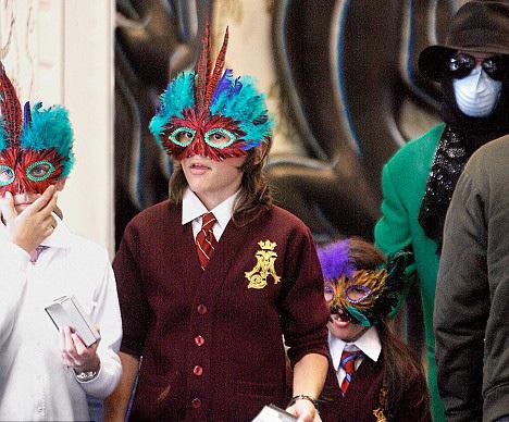 e đứa trẻ nhà Michael thường xuyên ra ngoài cùng với mặt nạ.
