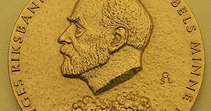 Ngoài tiền thưởng, những người đoạt giải còn nhận được Huy chương Nobel.