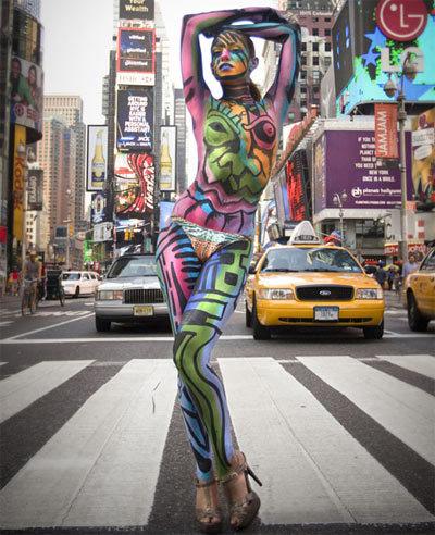 Người New York rất thích những bức tranh lạ vẽ trực tiếp lên da. Và nhờ thế, Andy kiếm được tiền.