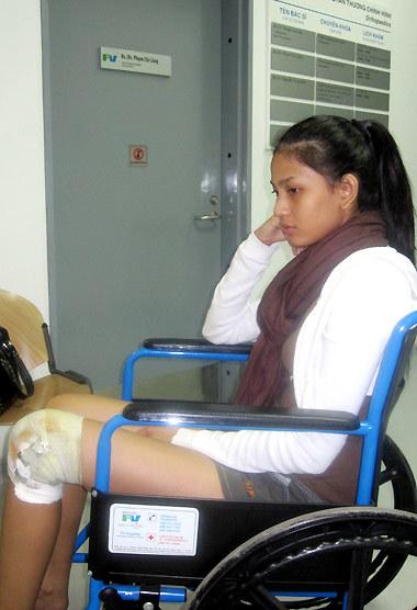 Trương Thị May âu sầu bên chiếc chân bó bột.