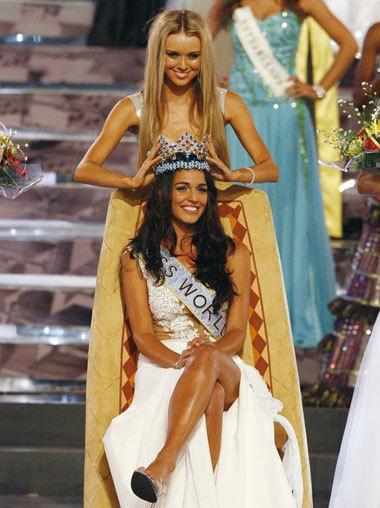 Miss World 2008 Ksenia Sukhinova trao vương miện cho người kế nhiệm Kaiane Aldorino. Ảnh: