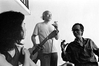 Từ trái qua: ca sĩ Lệ Thu, nhạc sĩ Hoàng Hiệp và Trịnh Công Sơn (1992). Ảnh: Dương Minh Long.