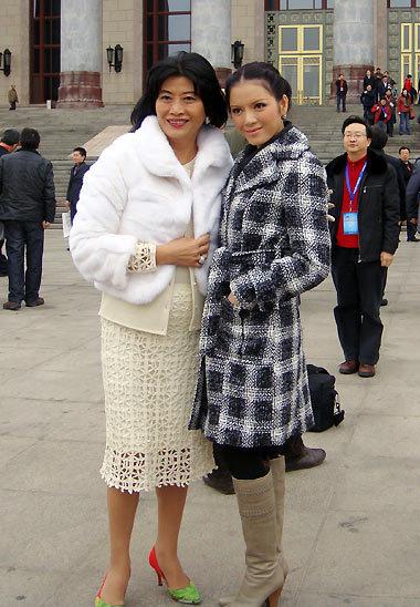 Nữ diễn viên Việt Nam rạng rỡ tại Bắc Kinh. Ảnh Lý Nhã Kỳ đứng cạnh bà Alice