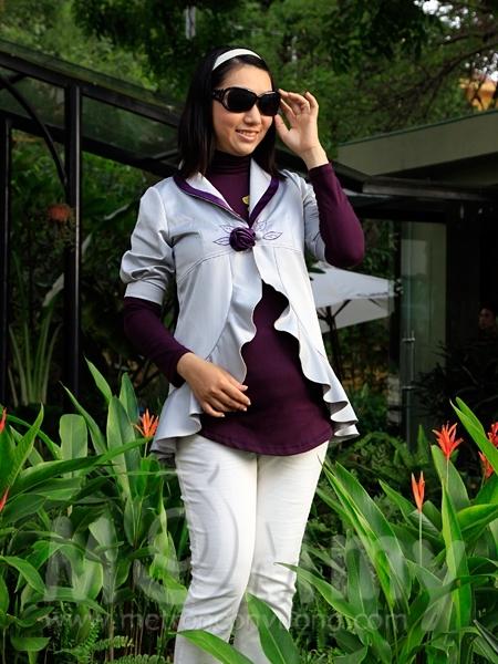 Chiếc áo khoác tay lỡ với tà áo xêp nhún điệu đàng thích hợp dạo phố trong tiết trời hanh nắng nếu kết hợp cùng quần ka ki, áo thun ôm và một đôi giầy bít mũi thật xinh xắn. Giá khuyến mại: 150.000 đồng.