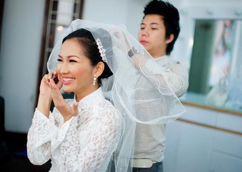 Kim Hiền hạnh phúc nhận điện thoại chúc mừng của bạn bè.