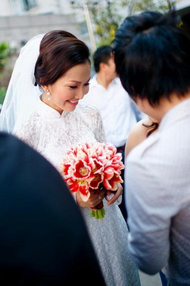 Cô dâu xinh đẹp tranh thủ tặng chữ ký các fan nhỏ tuổi.