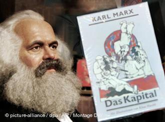 Hình ảnh Karl Marx và bộ 'Tư bản luận'.
