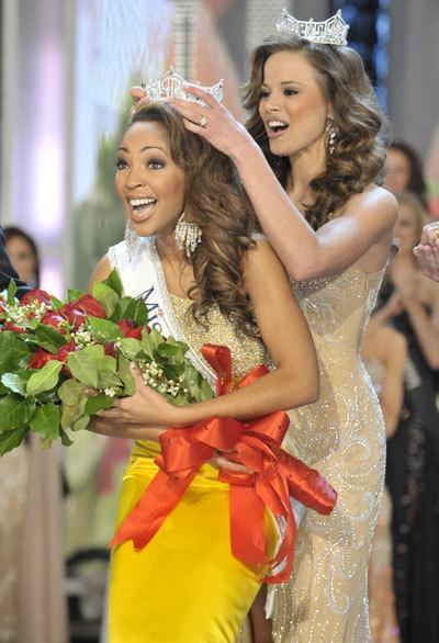 Cameron nhận vương miện từ Hoa hậu Mỹ 2009 Katie Stam.