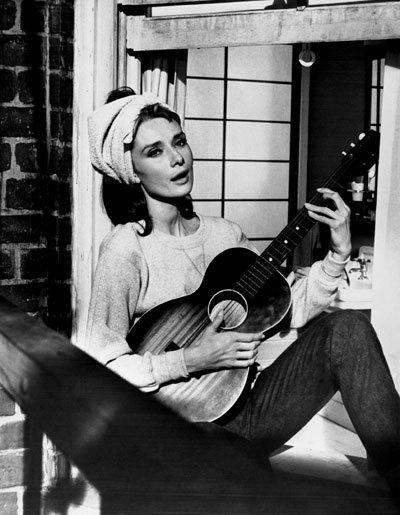 Cảnh Audrey Hepburn hát