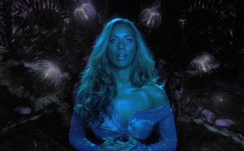Leona Lewis hát trên