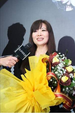 Bà Yuko chia sẻ nhiều bí quyết để giữ gìn một mái tóc thẳng mượt.