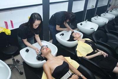 """Hai khách hàng đầu tiên – Thùy Lâm, Hương Giang đều hài lòng với phương cách """"tóc đẹp với bàn tay chuyên gia"""" tại salon."""