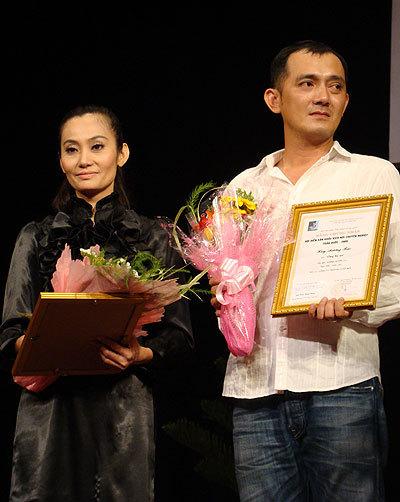 Đạo diễn Hữu Lộc (phải) nhận Huy chương bạc Hội diễn kịch nói chuyên nghiệp toàn quốc 2009 cho vở