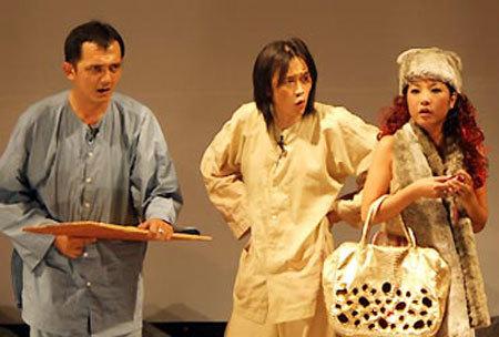 Hữu Lộc diễn hài bên cạnh Hoài Linh và Thúy Nga. Ảnh: Thoại Hà