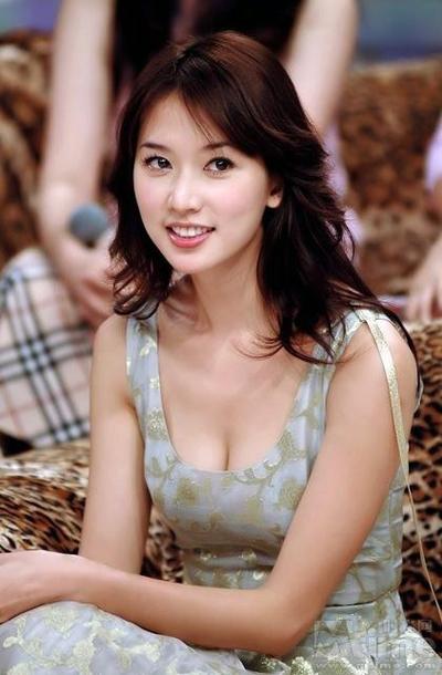 Chí Linh khẳng định, cô không liên quan đến các bức ảnh nóng đang bị phát tán. Ảnh: Sina.