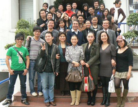 Quang Thọ (đứng thứ 4, hàng hai) được đông đảo nghệ sĩ mến mộ. Ảnh: N.T.