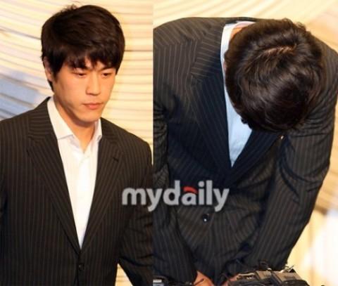 Choi Chul Ho trong buổi họp báo xin lỗi hôm 11/7 ở Seoul (Hàn Quốc). Ảnh: Mydaily.