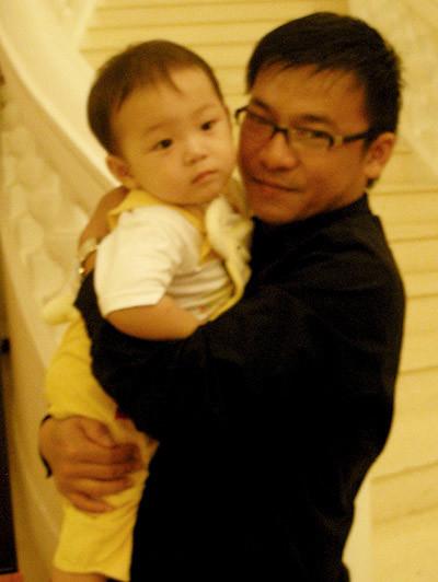 Tuấn Thăng bên con trai với người vợ sau. Ảnh: T.T.