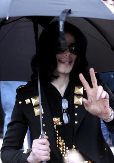Michael Jackson đã ra đi mãi mãi nhưng vẫn để lại quá nhiều câu hỏi cho những người ở lại. Ảnh: